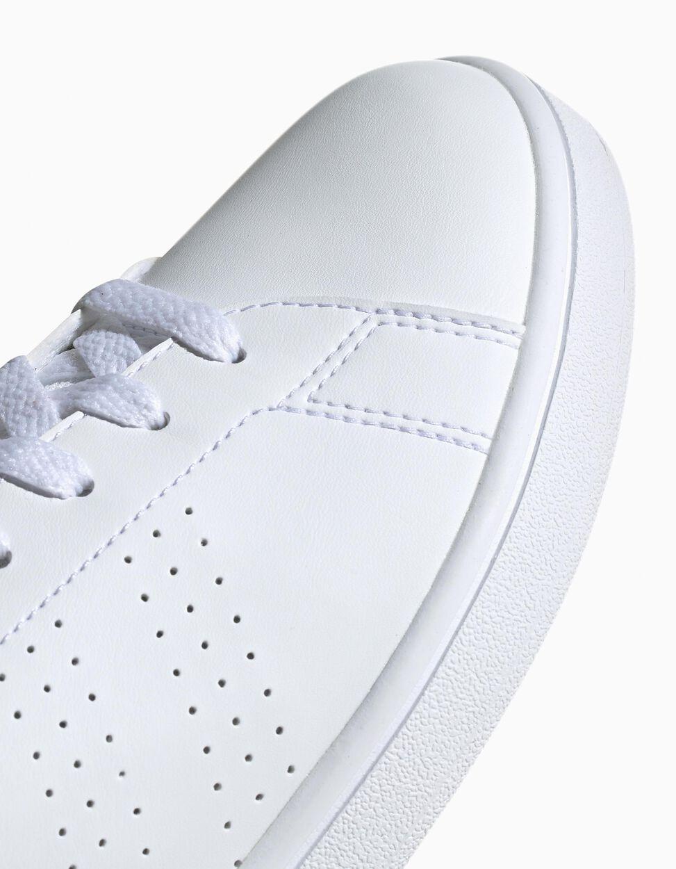 Sapatilha Adidas Advantage Base com listas perfuradas