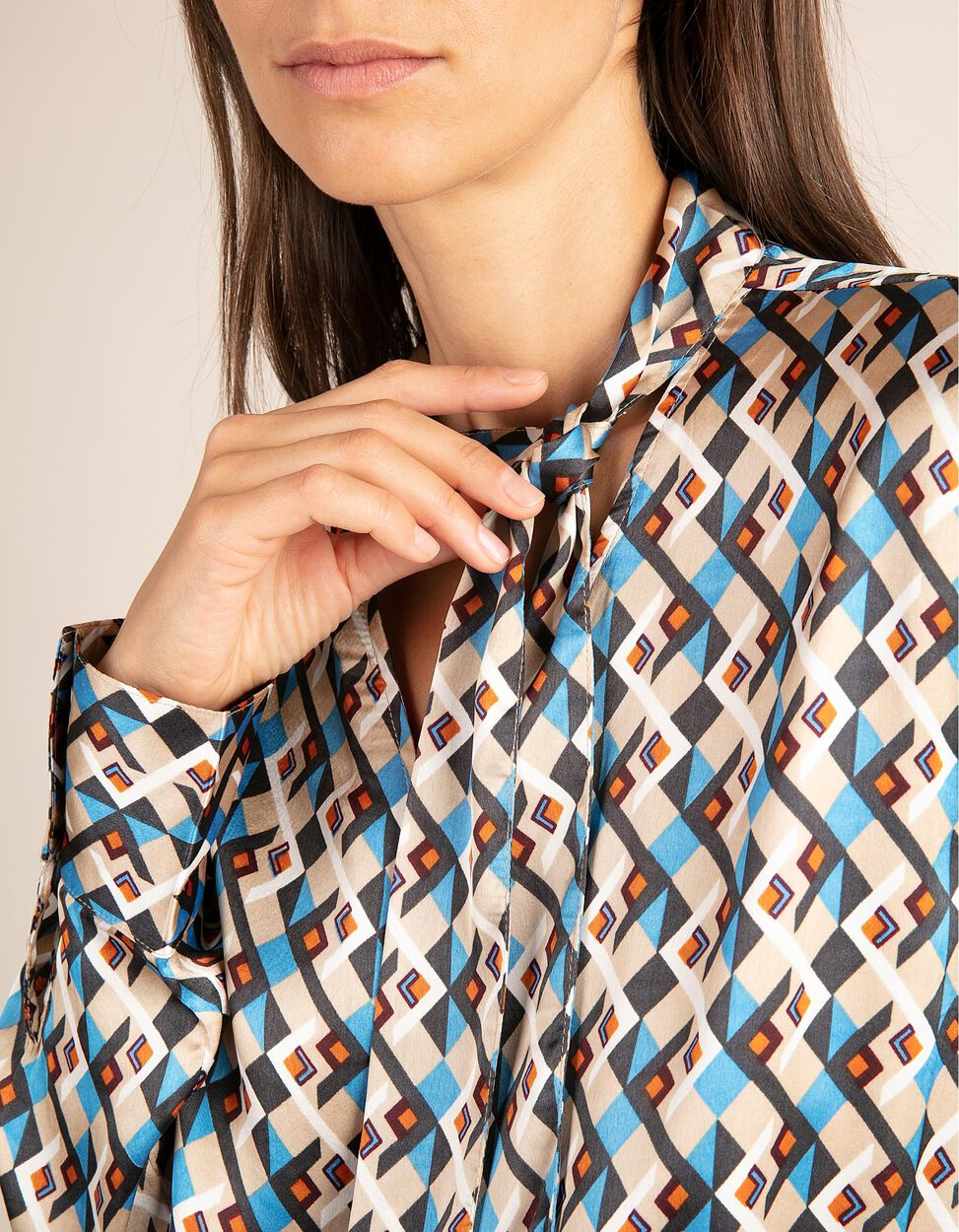 Blusa com padrão geométrico e laçada