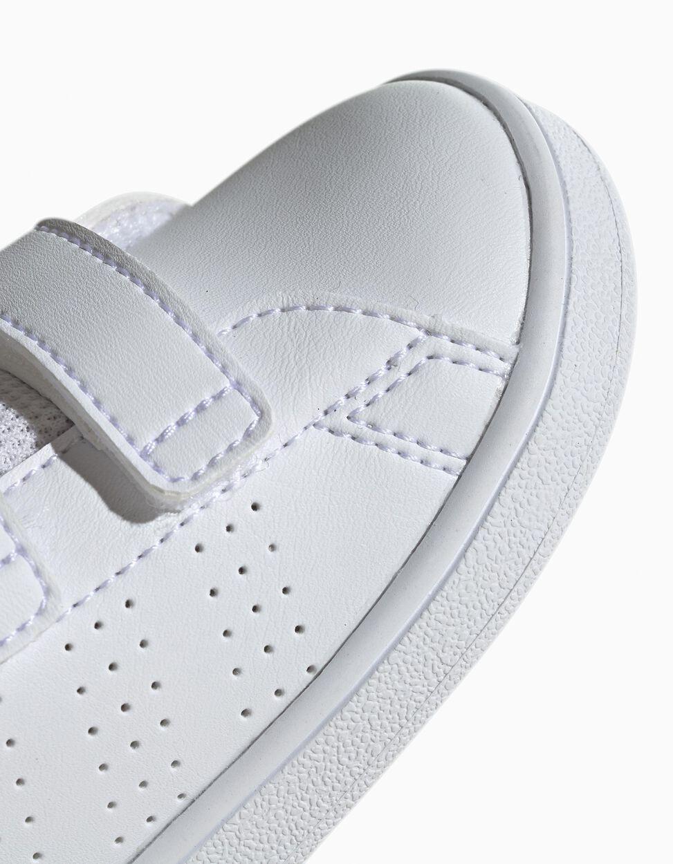 Sapatilha Adidas Advantage C com velcro duplo e pormenor de listas perfuradas