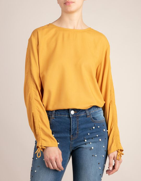 Plain blouse with bow on the sleeves.